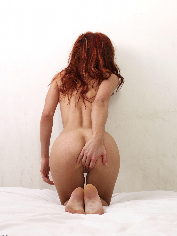 Рыжая обнаженная девушка ласкает себя 16 фотография
