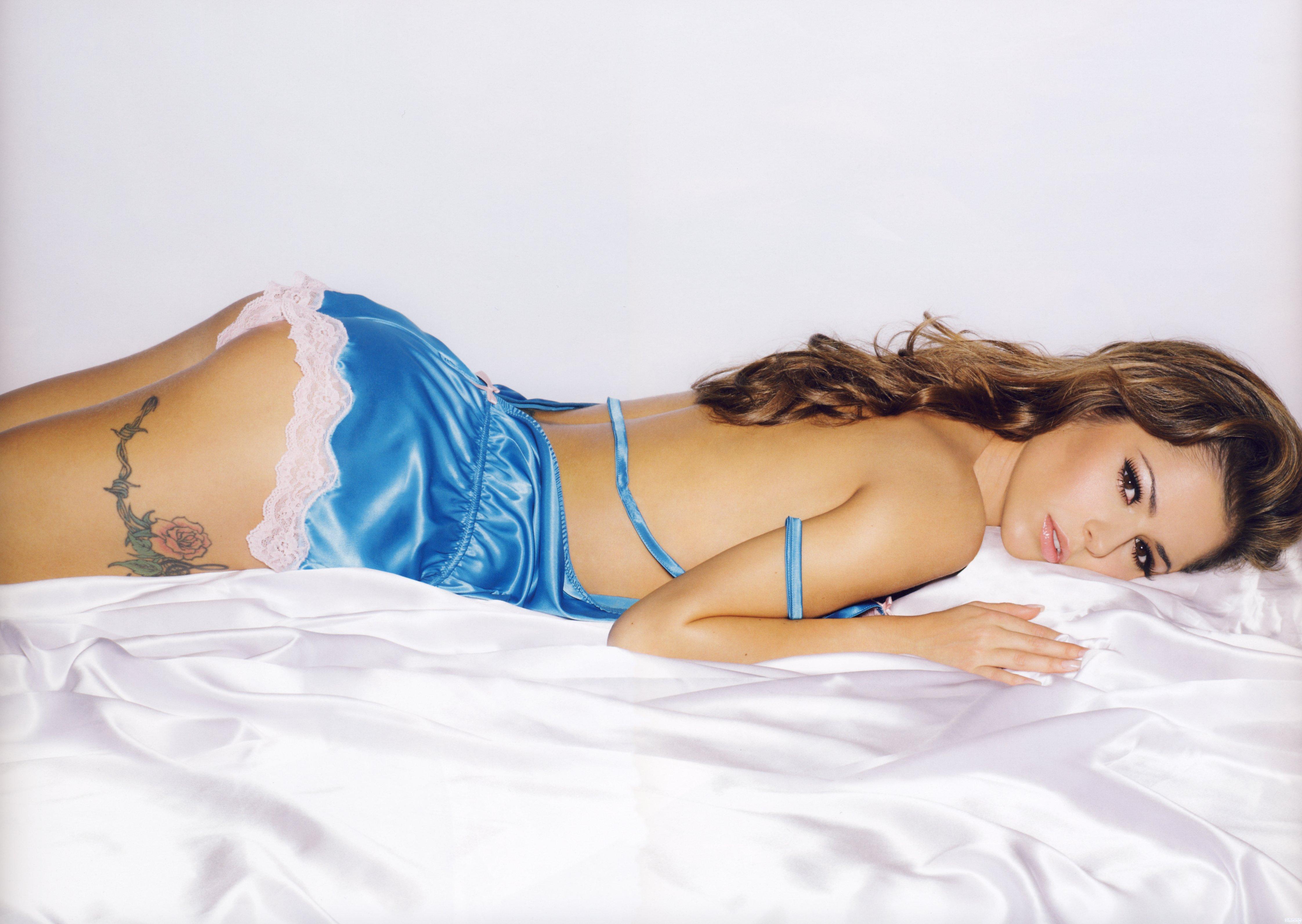 Девушка лежит на животе кровати