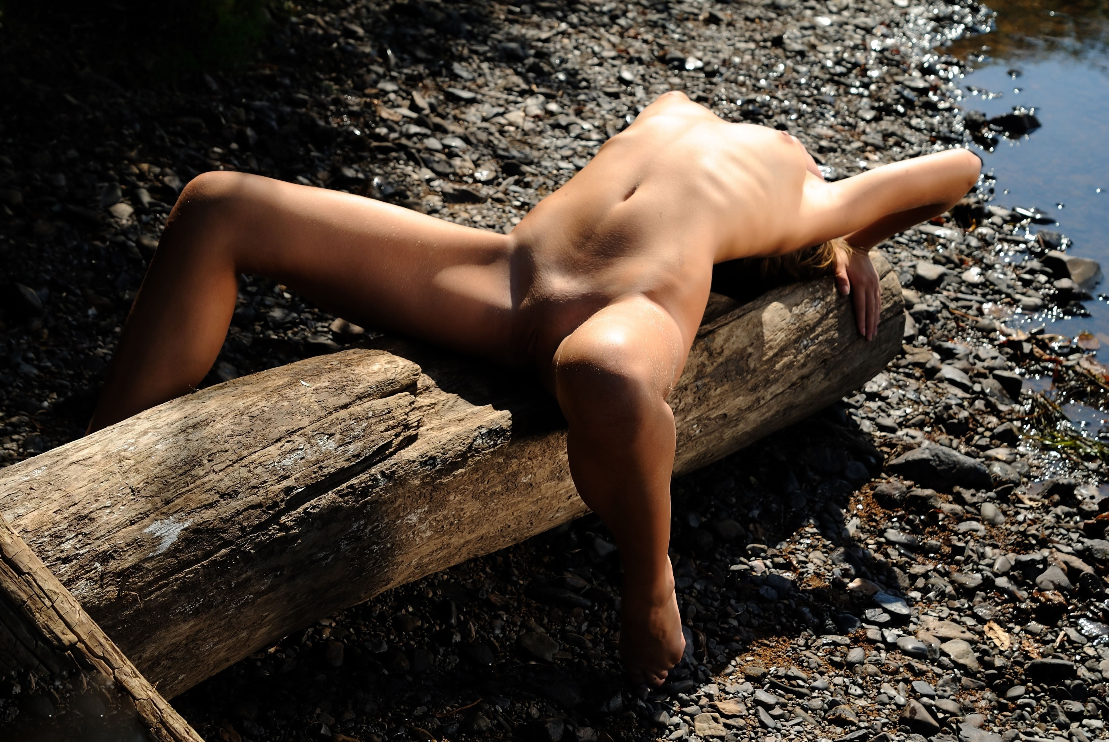 Фото голая девушка на бревнах 18 фотография