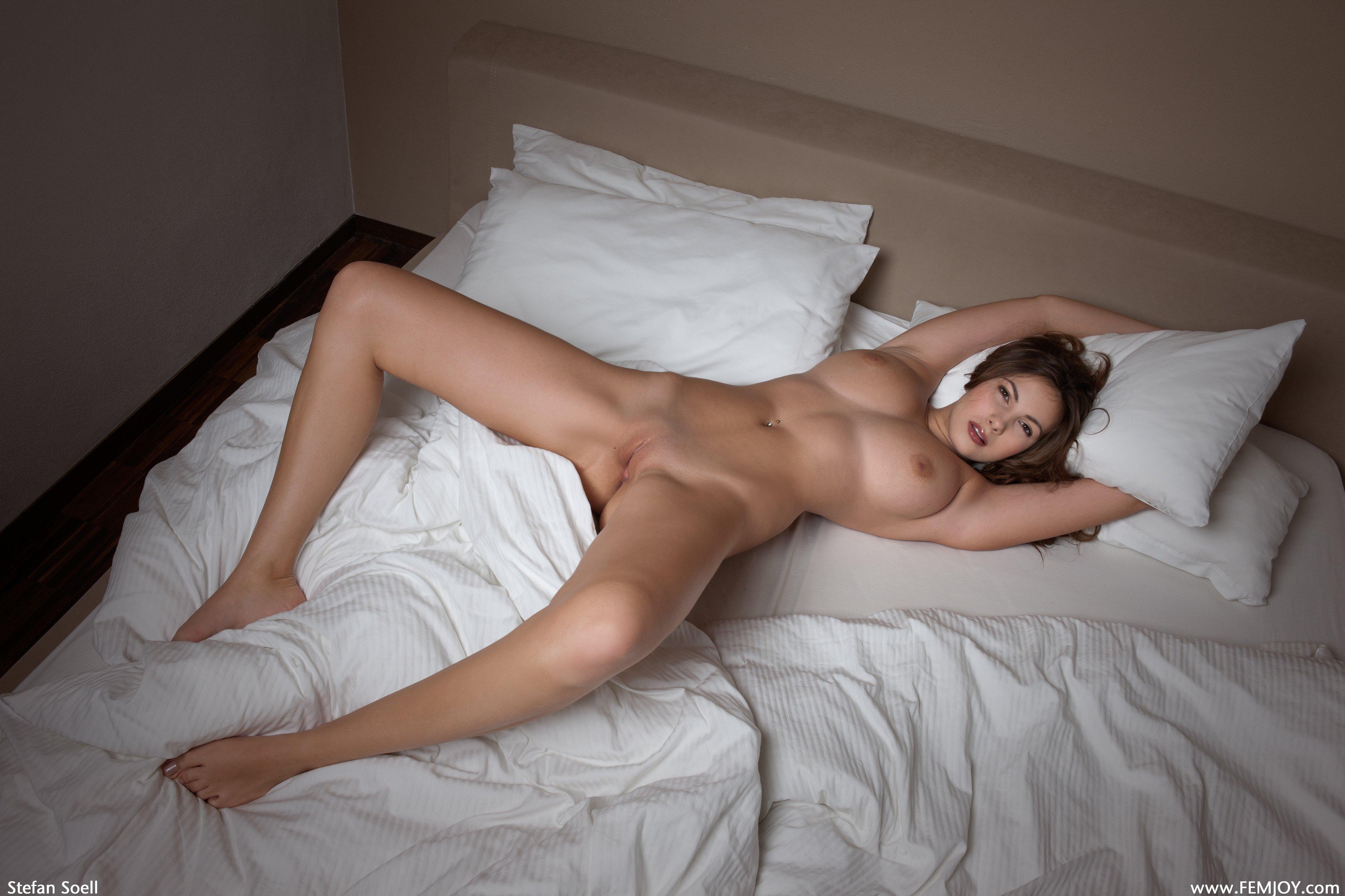 На кровати голая